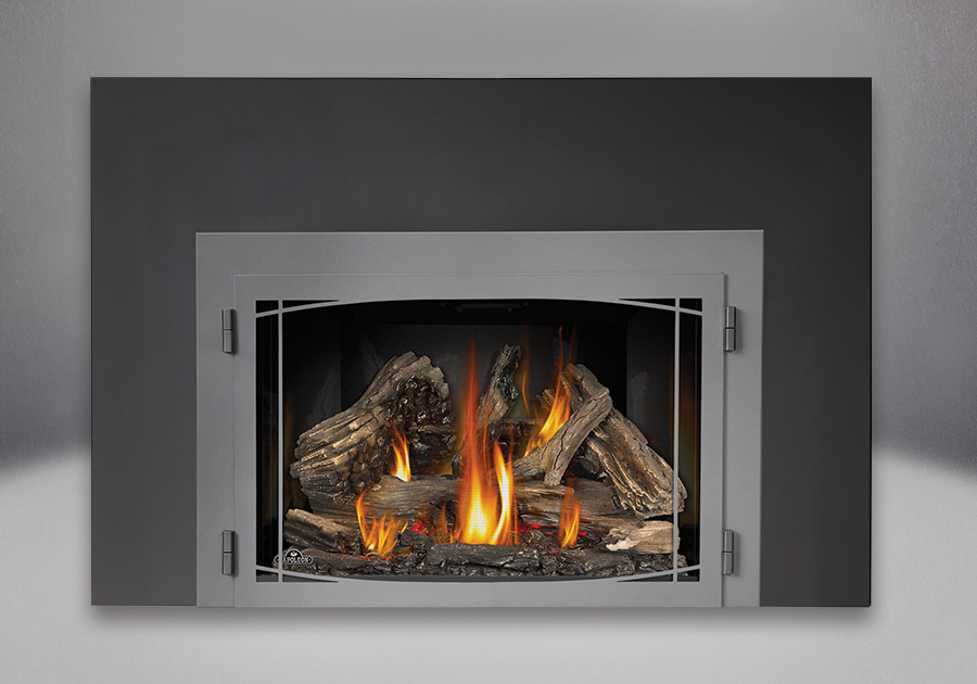 9 inch One Piece Surround, MIRRO-FLAME<sup>™</sup> Reflective Panels, Zen Modern Door Wrought Iron Finish and IRONWOOD<sup>™</sup> Log Set, Standard Safety Screen