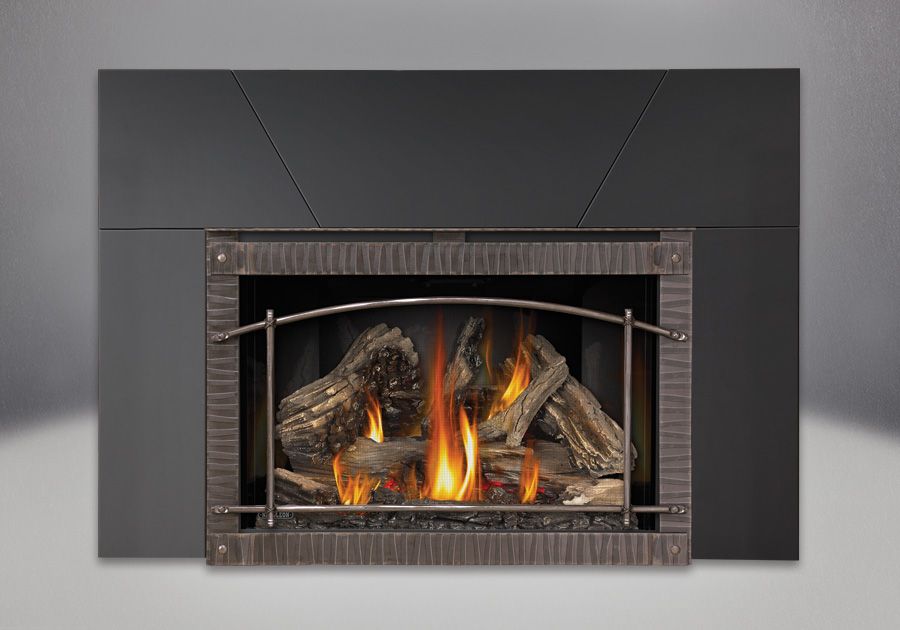 9 inch Five Piece Surround, MIRRO-FLAME<sup>™</sup> Reflective Panels, IRONWOOD<sup>™</sup> Log Set and Premium Scalloped Artisan Steel Door, Standard Safety Screen